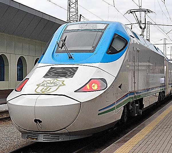 ウズベキスタンのタルゴは、日本の新幹線700系にも似た動力車がついている=タシケント、いずれも中川仁樹撮影