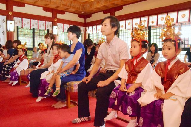 「おぎおんさぁ」までの期間中、「神」の位を授かる幼児ら=鹿児島市
