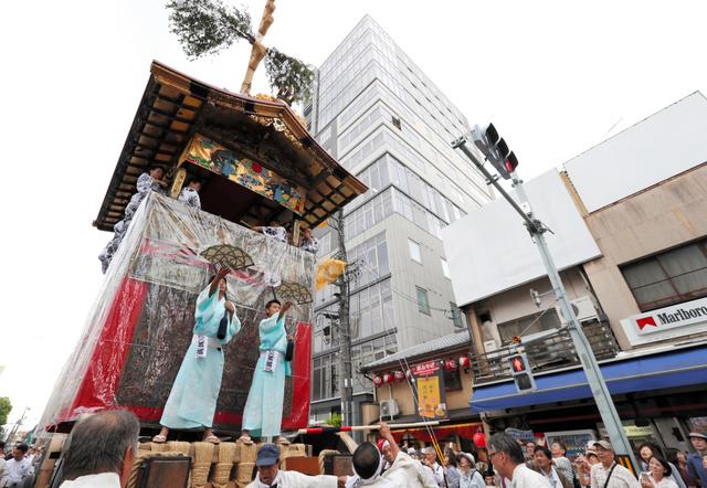 曳き初めで、信号のギリギリ手前で鉾を停止させると歓声が起こった=12日午後2時33分、京都市下京区、佐藤慈子撮影