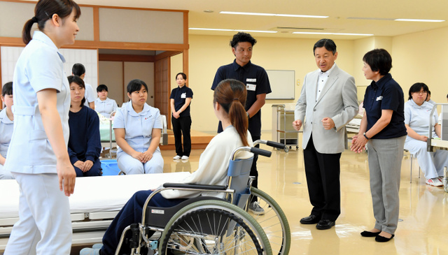 日本赤十字秋田短期大学の学生らによる介護演習を視察する皇太子さま=秋田市、迫和義撮影