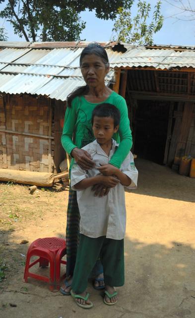 「娘に会いたい」。自宅の前で話すカウンツィンさん。長男と=ミャンマー・ラショー近郊、大久保真紀撮影