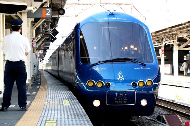 ホームに入線する新型の観光列車「ザ・ロイヤル・エクスプレス」=静岡県伊東市、遠藤啓生撮影