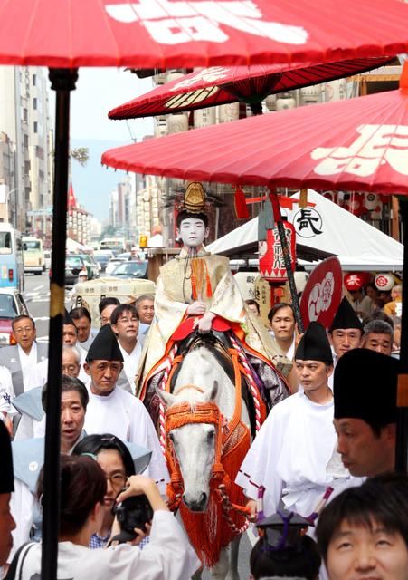 白馬にまたがり八坂神社へ向かう長刀鉾の稚児=13日午前9時57分、京都市下京区、佐藤慈子撮影