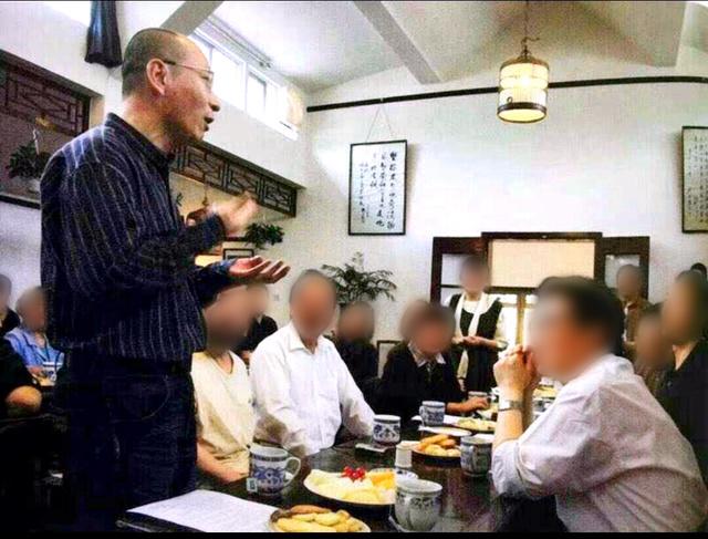 友人たちとの集まりで話をする劉暁波氏(手前左)(撮影時期不明、中国・北京、支援者提供、画像の一部を加工しています)