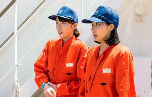 航海士を目指して奮闘する坂本真鈴(飯豊まりえ=左)と石川燕(武田玲奈)
