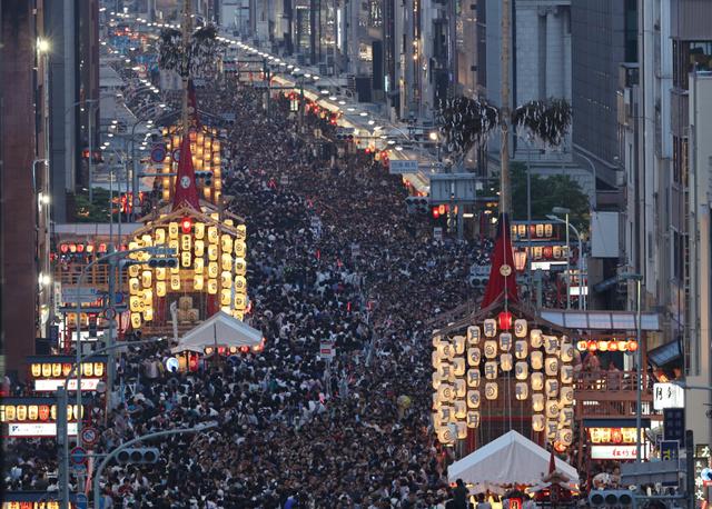 駒形提灯がともった山鉾が並ぶ四条通は、大勢の人でにぎわった=16日夜、京都市下京区、佐藤慈子撮影