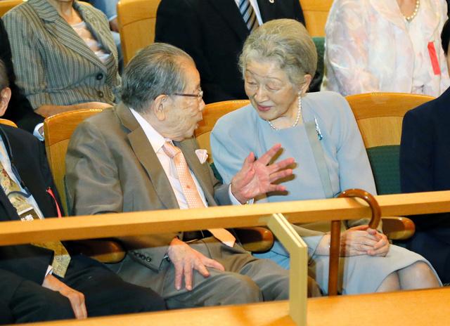 日野原重明さんは皇室ともゆかりが深かった。「ベー・チェチョルコンサート」の会場で皇后さまと談笑した=2016年7月31日、東京都新宿区の東京オペラシティコンサートホール