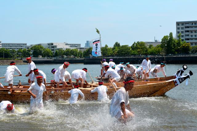 「祇園舟」の一コマ。沖合に茅舟を流したあと、急いで浜に戻る=横浜市金沢区