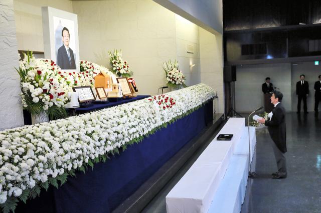 故与謝野馨氏のお別れの会で弔辞を述べる安倍晋三首相=5日午後0時6分、東京都港区の青山葬儀所、代表撮影