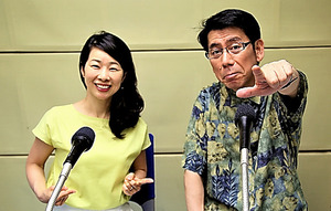 「Pleaseテルミー!マニアックさん。いらっしゃ~い!」収録中の吉田照美(右)と秀島史香