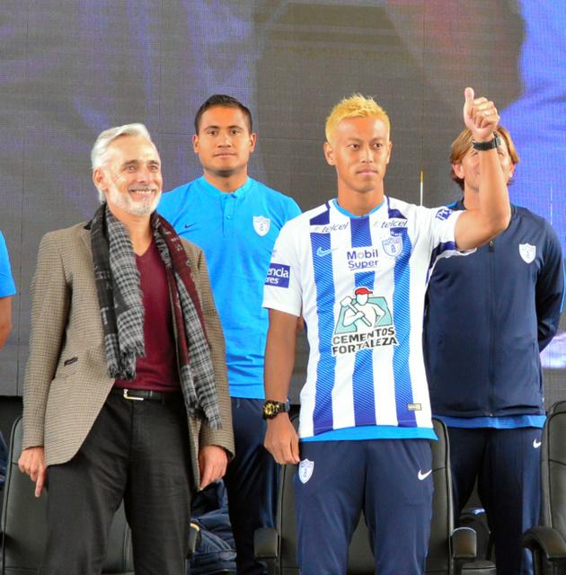 声援に応える本田。左はクラブのマルティネス会長=メキシコ・パチューカ、田村剛撮影