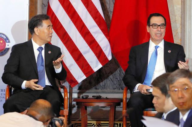 ワシントンの米財務省で19日、経済対話の冒頭、席に着く中国の汪洋副首相(左)と米国のムニューシン財務長官=AP