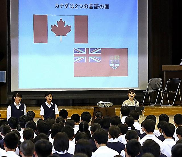 歌手の新藤昌子さん(中央右)とカナダの国歌を歌う生徒ら=20日午前、東京都江東区の大島西中学校、遠藤啓生撮影