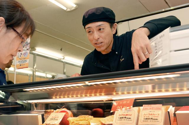 百貨店でアップルパイを売る船木和喜さん=山形市七日町、相場郁朗撮影