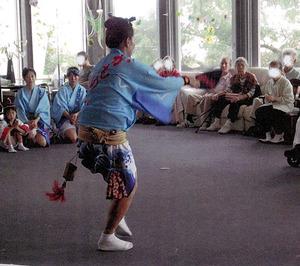 2014年夏、両親が暮らす徳島県内の有料老人ホームに「阿波踊り」が慰問に訪れた(ホーム提供)