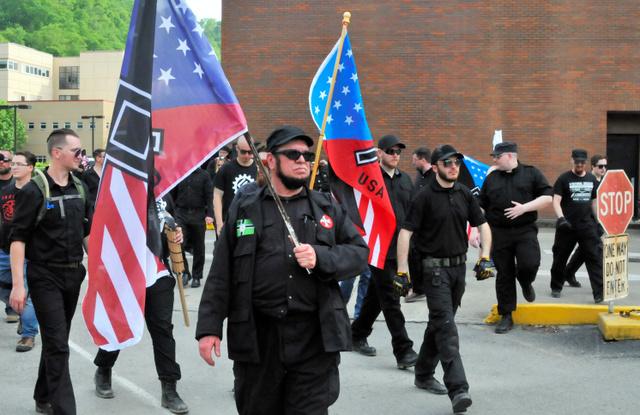 写真① 山あいの街に集結した白人民族主義のグループ。武装しているメンバーも多かった=4月29日、ケンタッキー州パイクビル、金成隆一撮影