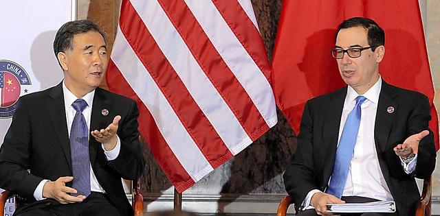 「包括経済対話」に臨む米国のムニューシン財務長官(右)と中国の汪洋副首相=ロイター