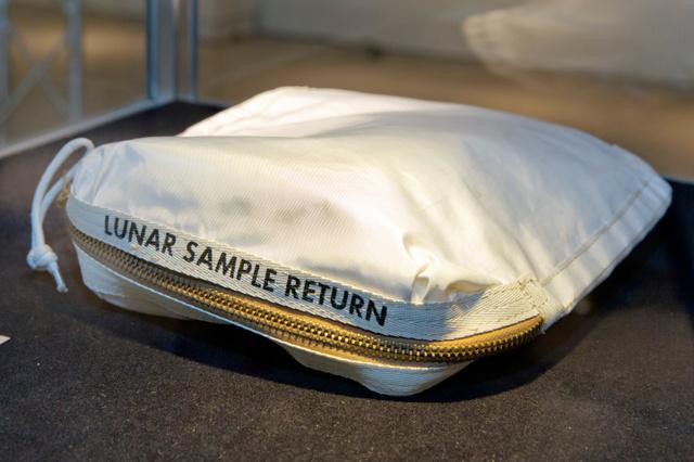 米ニューヨークで競売にかけられた米アポロ11号の故アームストロング船長のバッグ。月から持ち帰った砂が入っている=AP