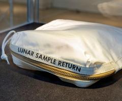 月の砂入りバッグ、2億円で落札 格安売却の押収品が…