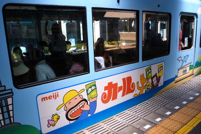 江ノ電の2000形車両に描かれたカールの広告=神奈川県藤沢市の江ノ電江ノ島駅