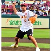 元独代表ポドルスキ、野球に初挑戦 豪快に99キロ投球