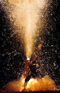 火花、勢いよく 「豊橋祇園祭」で手筒花火の奉納