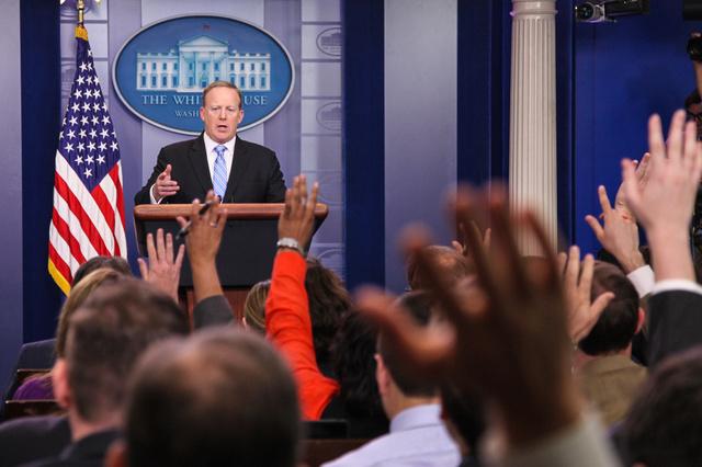 ホワイトハウスの記者会見で、質問を受けるスパイサー報道官=6月28日、ワシントン、ランハム裕子撮影