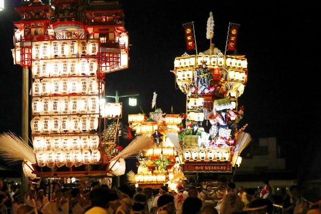 日田市内を巡行する山鉾=22日午後8時30分、大分県日田市、河合真人撮影