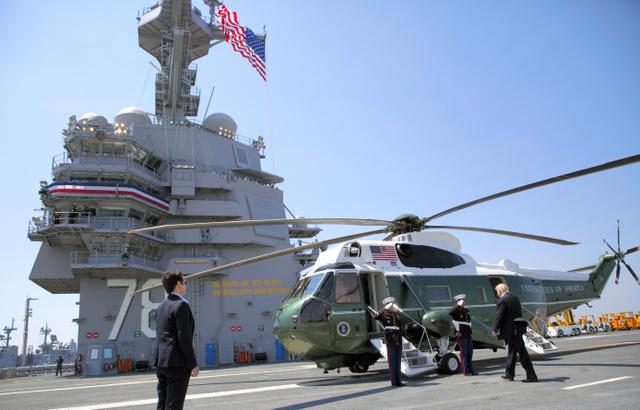 空母「ジェラルド・R・フォード」の就役式を終え、大統領専用ヘリに乗り込もうとするトランプ米大統領(右)=22日、AP