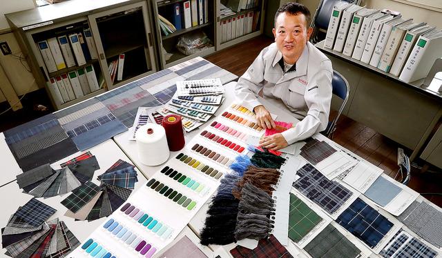 学生服のチェック柄には4〜8色ほどの糸が使われる。「以前は紺や黒の組み合わせが多かったですが、赤や緑が増えてきました」=愛知県一宮市、吉本美奈子撮影