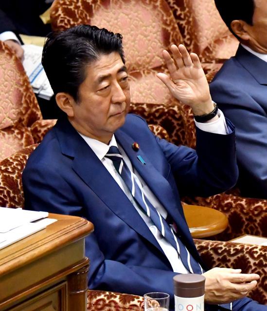 参院予算委の閉会中審査で答弁のため挙手する安倍晋三首相=25日午前9時19分、仙波理撮影