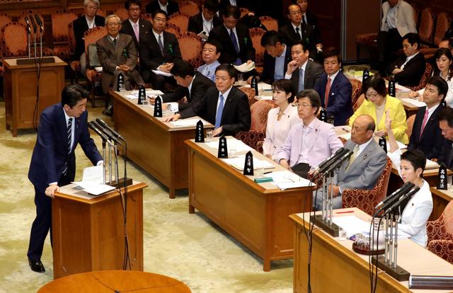 参院予算委の閉会中審査で、民進党の蓮舫代表の質問に答弁する安倍晋三首相=25日午前10時27分、岩下毅撮影