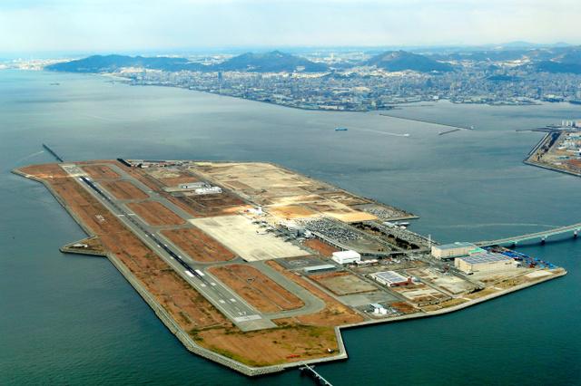 来年4月に民営化される神戸空港=神戸市中央区、朝日新聞社ヘリから、橋本弦撮影