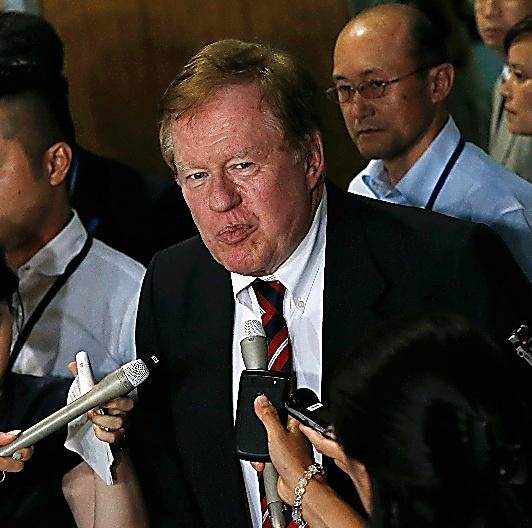 2013年8月28日、訪日中に記者団に囲まれる米国務省の北朝鮮人権担当特使(当時)ロバート・キング=ロイター。米国で27日にキングの訪朝予定は発表されていた