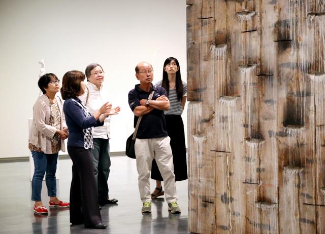 参加者たちは夏目さん(左から2人目)とともに、戸谷成雄作品について語り合った=東京都千代田区の東京国立近代美術館、鬼室黎撮影