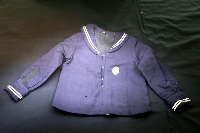 藤森敏子さんの名前が書かれた制服。被爆当日に着ていたものではなく、戦後、家族宅に残っていたものを2011年に家族が広島平和記念資料館に寄贈した=広島市中区の同館、上田幸一撮影
