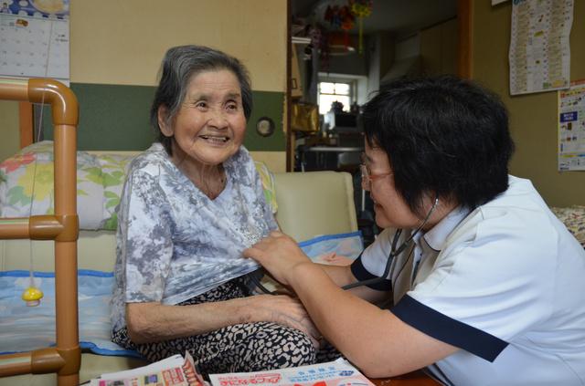 看護師の稲本里美さんの訪問を受ける、昭子さん=11日、兵庫県姫路市