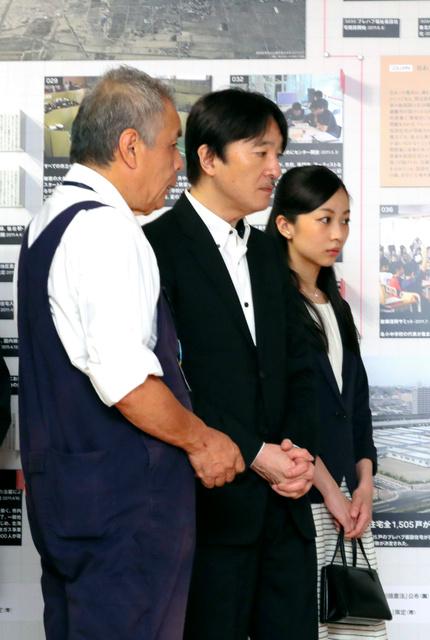 「せんだい3・11メモリアル交流館」で、東日本大震災に関するパネルを見る秋篠宮さまと佳子さま。左端は八巻寿文館長=30日午後、仙台市若林区、代表撮影