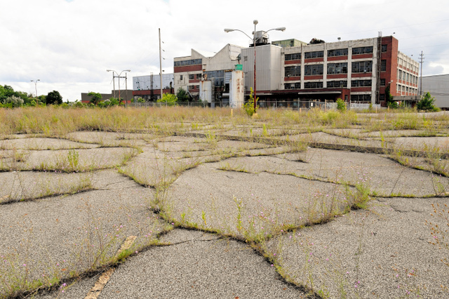 地元経済を支えた製造業の工場が次々と閉鎖されたラストベルトの風景。廃虚となった工場跡地が散在している=24日、オハイオ州トランブル郡ウォーレン、金成隆一撮影