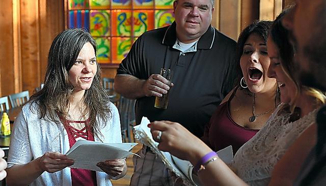 20年ぶりの高校同窓会で同級生と昔話に盛り上がるデイナ・カズマークさん(写真左)=ペンシルベニア州シャロン