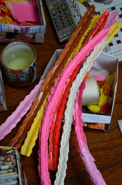 昭子さんは日中、折り紙で鶴を作る。千羽鶴にして、ひ孫に渡すという=兵庫県姫路市