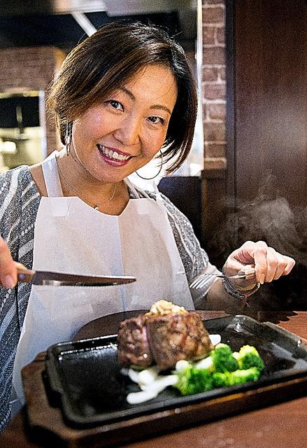 ステーキを食べる大森恵美子さん=「いきなり!ステーキ」渋谷センター街店、川村直子撮影