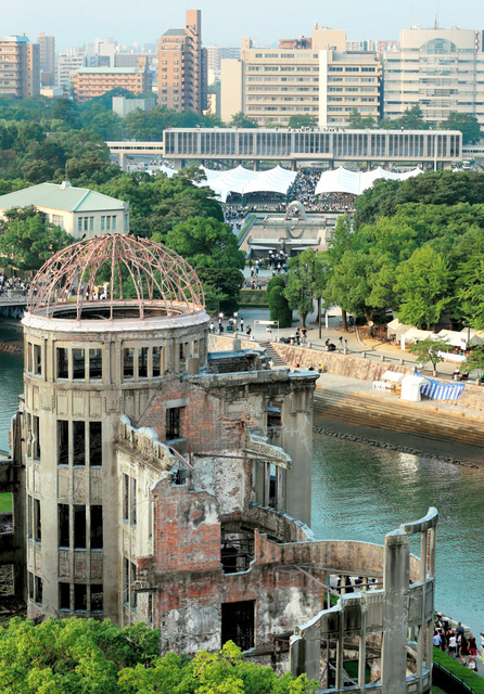 原爆ドーム(手前)と広島平和記念資料館(上)=広島市中区