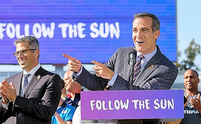 2028年五輪の受け入れが決まり、記者会見するロサンゼルス市のエリック・ガルセッティ市長(右)=AP