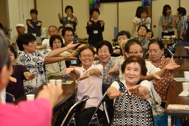 音楽にあわせて体を動かす「憩いのサロン」の参加者たち=愛知県武豊町