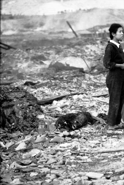 遺体のかたわらでたたずむ龍智江子さん。この写真は長崎原爆資料館に展示されている(1945年8月10日、長崎市、山端庸介さん撮影、息子の山端祥吾さん提供)