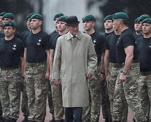 ロンドンのバッキンガム宮殿で2日、英海兵隊の行事に参加するフィリップ殿下(中央)=ロイター