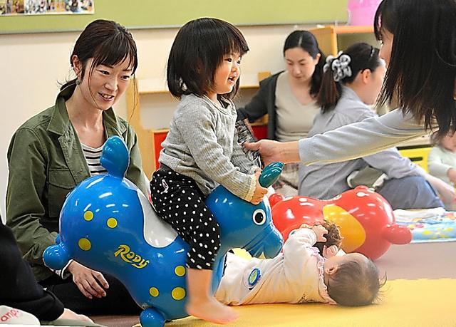 子育て支援施設で遊ぶ子どもたちと母親ら=千葉市内