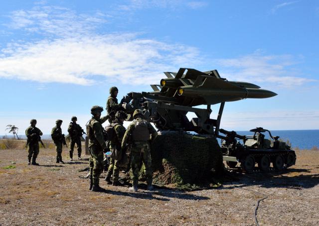 スウェーデン南部ゴットランド島で、陸軍防空部隊が地対空ミサイルの模擬弾をバルト海に向けた可動式発射台に設置する訓練を行っていた=5月、渡辺志帆撮影