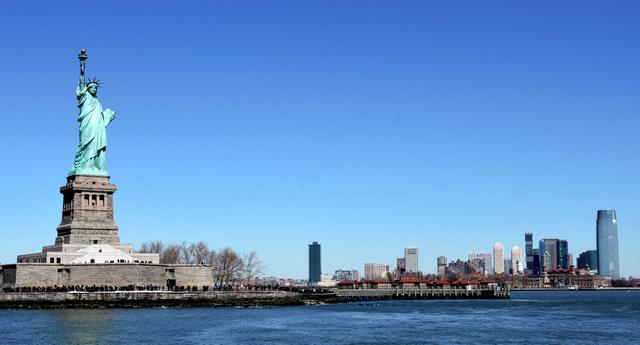 ニューヨーク湾に立つ、自由の女神
